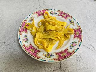 豆芽炒粉条,蛋饼卷起切条状