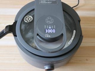 回锅肉,炒菜机选择煲汤功能,炖半小时;