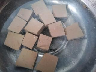 猪血炖豆腐,将猪血放入锅内焯水并加适量黄酒去腥