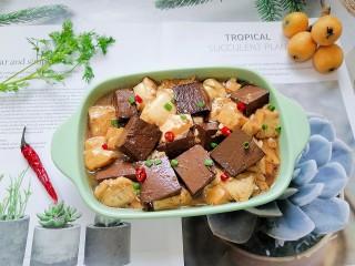 猪血炖豆腐,拍上成品图,一道美味又营养的猪血炖豆腐就完成了。