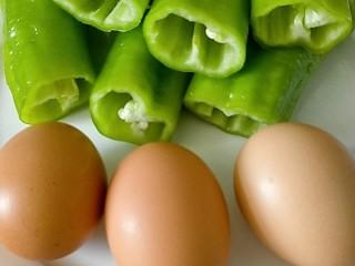 孜然尖椒鸡蛋碎,食材很简单,准备好备用