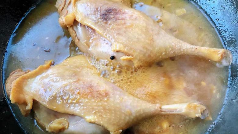红烧鸭肉,鸭腿炖至七成熟时放入盐改中小火继续炖