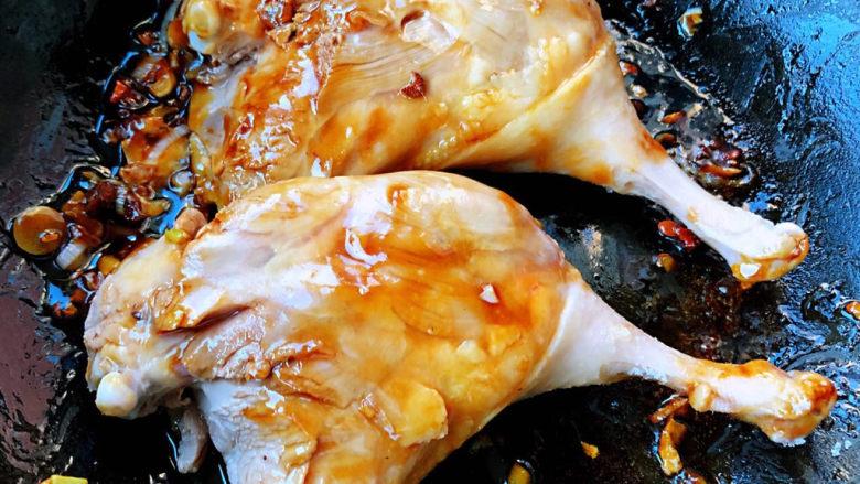 红烧鸭肉,放入鸭腿两面煎至金黄色