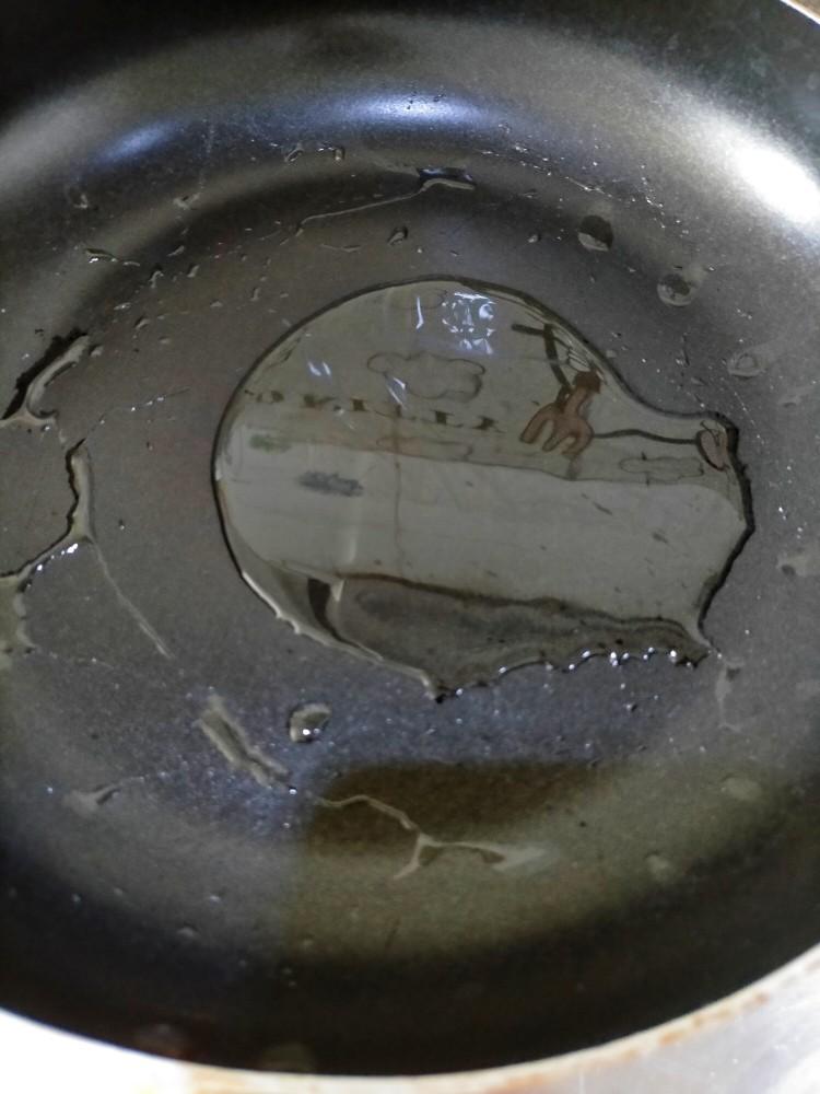 孜然尖椒鸡蛋碎,热锅烧油,一定要比平常炒菜多放一倍,要不然鸡蛋扑不起来