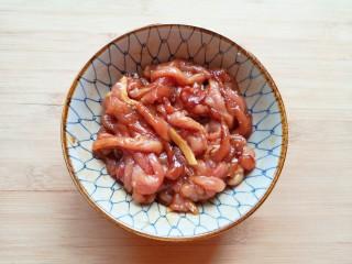 豆芽炒粉条,搅拌均匀腌制15分钟。