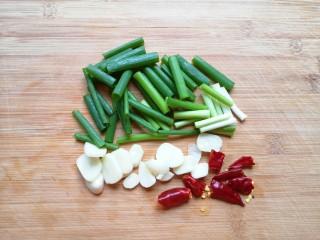 豆芽炒粉条,小葱切成段,大蒜切成片,干红辣椒掰开。