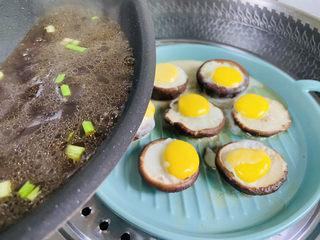 香菇鹌鹑蛋,淋上酱汁