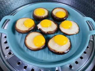 香菇鹌鹑蛋,放入锅中大火蒸八分钟