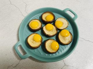 香菇鹌鹑蛋,香菇码入盘中打入鹌鹑蛋