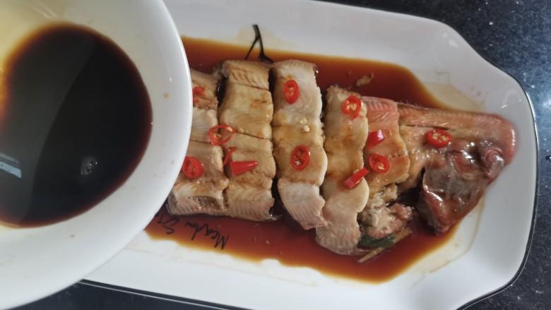清蒸龙利鱼,蒸好的鱼倒掉汤汁,重新倒入料汁