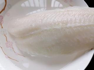 清蒸龙利鱼,将龙利鱼泡水解冻