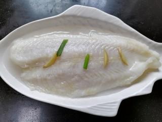 清蒸龙利鱼,蒸一会取出倒出里面的鱼汤