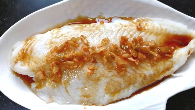 清蒸龙利鱼,加入适量榨菜碎米,这样蒸出来的鱼更鲜美。