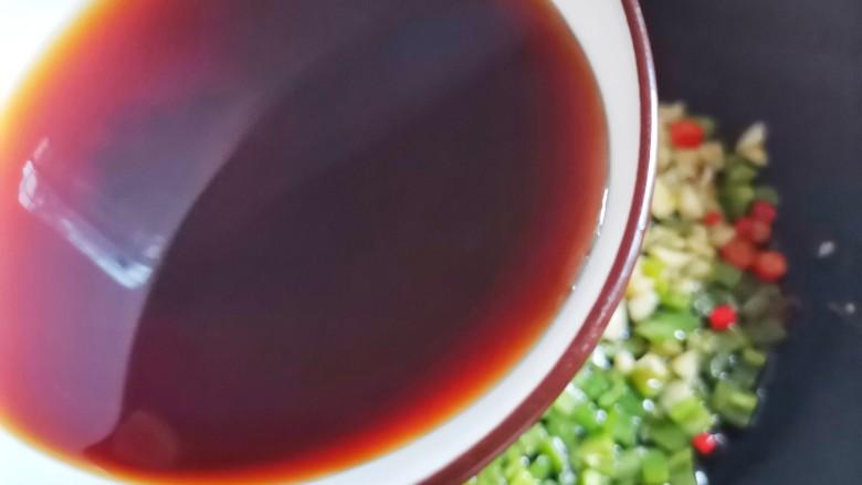 红烧魔芋豆腐,加入酱汁。
