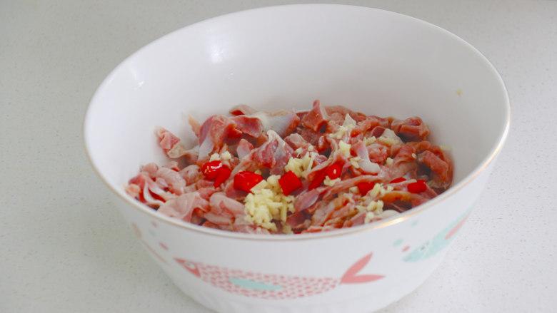辣炒鸡胗,将鸡胗放入碗中,再放上姜末和小米辣