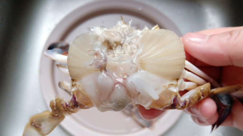 干锅香辣蟹,去掉螃蟹的腮。