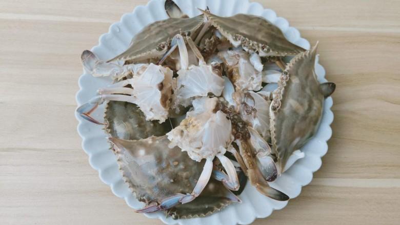 干锅香辣蟹,螃蟹去除内脏后剪成小块。