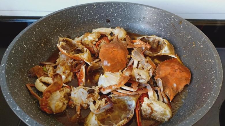 干锅香辣蟹,加一点点水开大火炖煮。