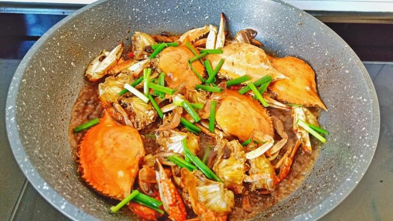 干锅香辣蟹,撒点葱段提香。