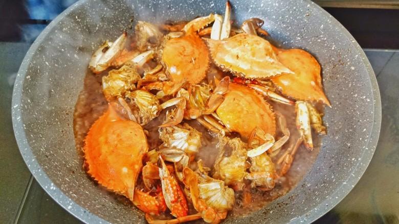 干锅香辣蟹,汤汁差不多时开大火收汁。