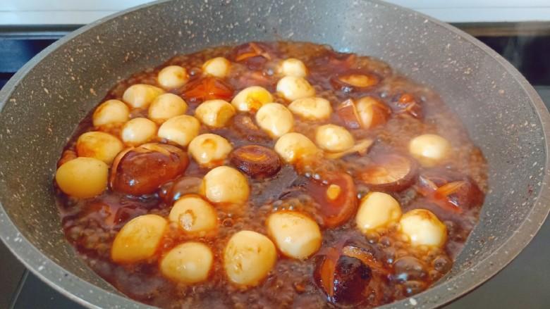 香菇鹌鹑蛋,炖至汤汁变的浓一点。