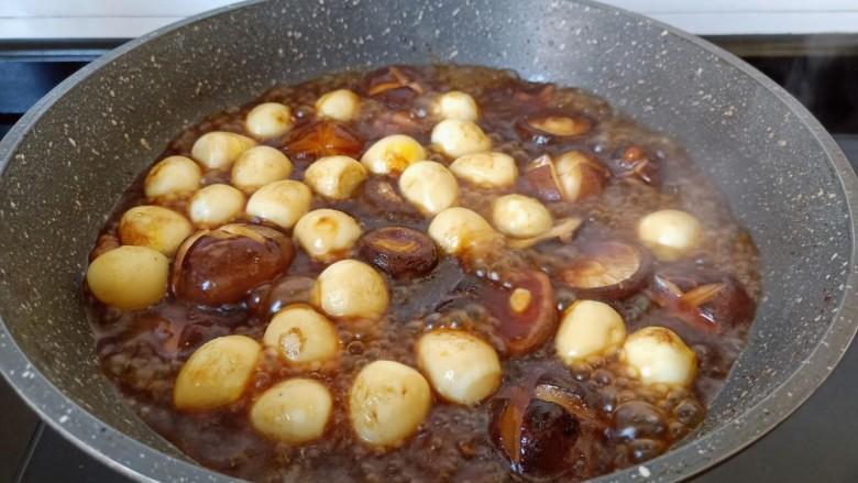 香菇鹌鹑蛋,加半碗清水开大火炖开,中火炖10分钟。