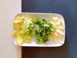 清蒸龙利鱼,蒜 姜切片 香菜切小段 大葱切段 香葱切小圈