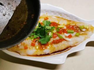 清蒸龙利鱼,取2汤匙的量浇到香葱上