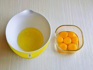 棉花蛋糕&不开裂不回缩方子,首先将6个鸡蛋的蛋黄与蛋白分离,剩下一个全蛋加入蛋黄中。