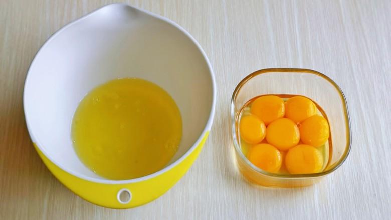 棉花蛋糕&不开裂不回缩方子,首先将6个<a style='color:red;display:inline-block;' href='/shicai/ 9'>鸡蛋</a>的蛋黄与蛋白分离,剩下一个全蛋加入蛋黄中。