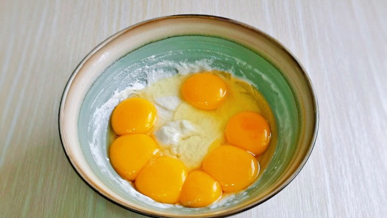 棉花蛋糕&不开裂不回缩方子,加入6个蛋黄一个全蛋。