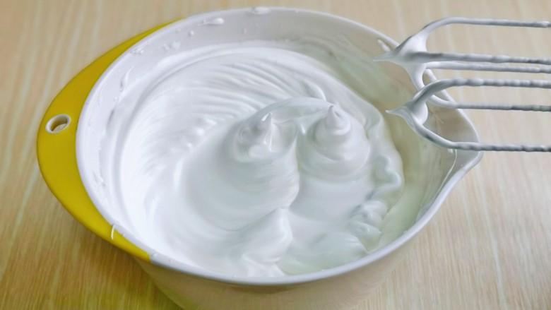 棉花蛋糕&不开裂不回缩方子,打至湿性发泡时加入最后的三分之一糖,继续打发至蛋白出现细腻的纹路,提起打蛋器有微微的弯勾即可!