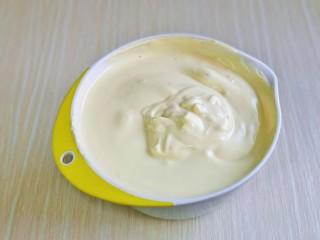 棉花蛋糕&不开裂不回缩方子,再把蛋黄糊倒入蛋白霜的容器中,翻拌均匀看不到蛋白霜即可。(这时烤箱135度预热)