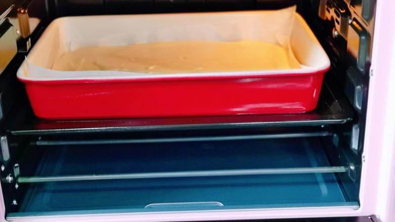 棉花蛋糕&不开裂不回缩方子,下面烤盘里面装入三分之一的冷水,再把蛋糕烤盘放在有水的盘里。(水浴法哈)