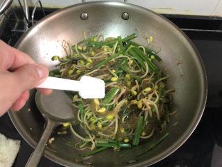 豆芽炒粉条,尝下咸淡,根据个人口味添加少许盐