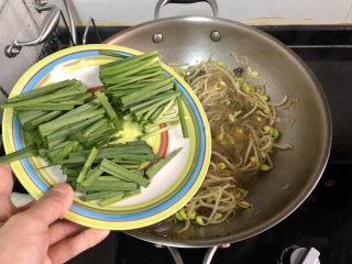 豆芽炒粉条,加入韭菜梗炒软