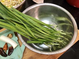 豆芽炒粉条,韭菜择好洗净