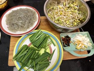 豆芽炒粉条,全部食材准备好
