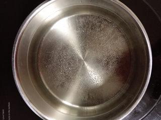 豆芽炒粉条,锅中加入海盐,烧开