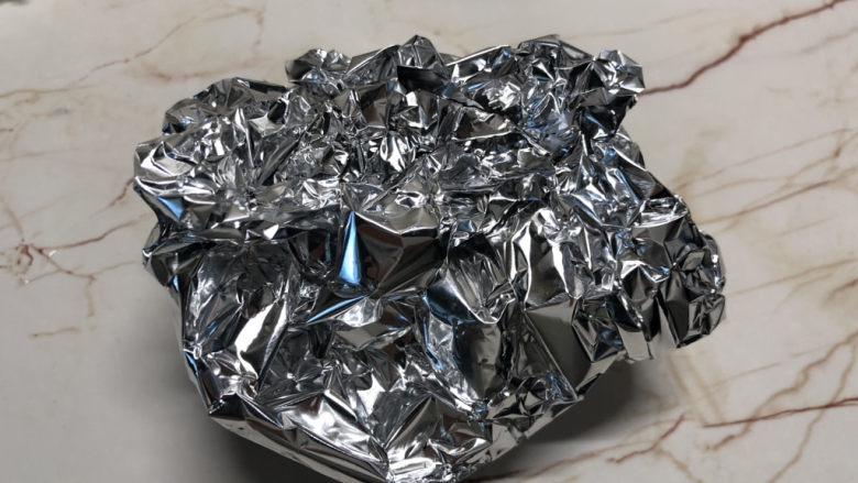 盐焗鹌鹑蛋,包好铝箔纸