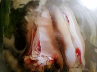 五香卤猪蹄,水开焯8分钟,血水会从切口处流出来。