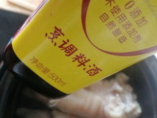 五香卤猪蹄,加一瓶料酒(最好选用自然酿造的会更香)