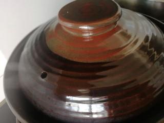 五香卤猪蹄,盖上盖子,小火焖煮40分钟。关火,用余热焖20分钟。