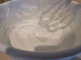 血橙蛋糕卷,淡奶油加入糖粉打发。