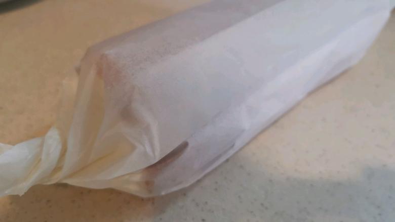 血橙蛋糕卷,卷起,放入冰箱冷藏定型。