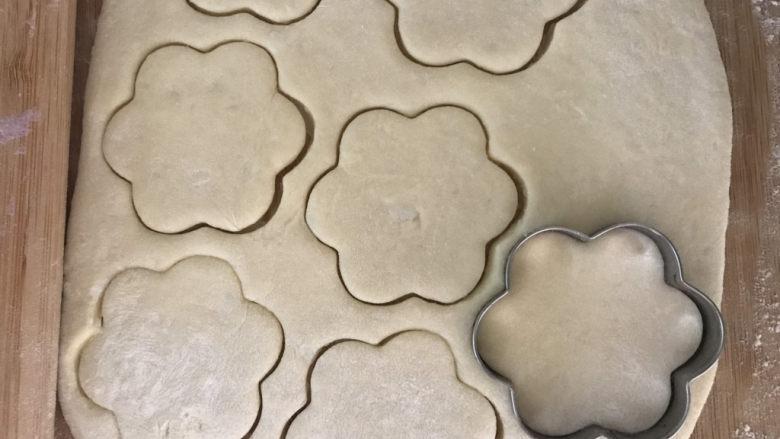 紫薯山药小花饼,擀成面片,用磨具压出形状