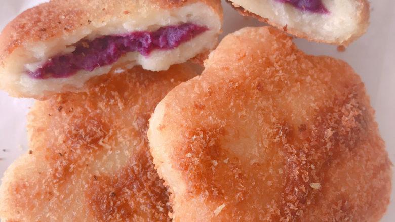 紫薯山药小花饼,掰开也很漂亮,软糯香甜,超级好吃😋,大人减肥期间可以当早餐主食,也可以当零食,紫薯和山药都是优质碳水