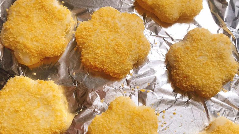 紫薯山药小花饼,先两面都抹上水再粘上面包糠
