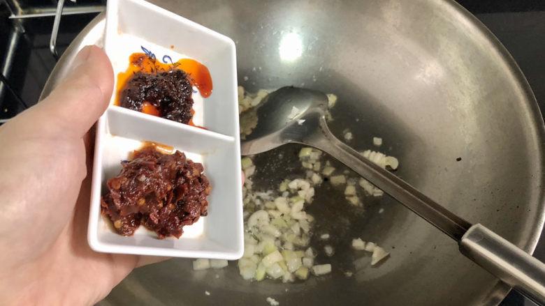 猪血炖豆腐➕红白花开山雨中,加入郫县豆瓣酱香辣酱煸出红油