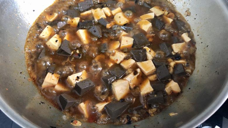 猪血炖豆腐➕红白花开山雨中,收汁到浓郁,尝下咸淡,如果觉得淡可以补充一点食盐